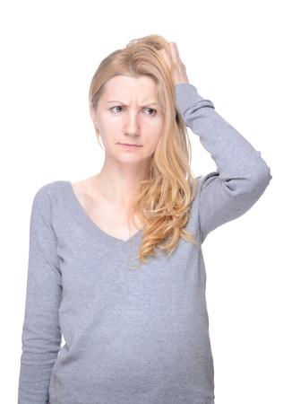 persona confundida: Joven mujer de aspecto natural rasc�ndose la cabeza Foto de archivo