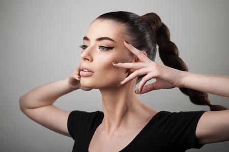 ojos hermosos: Retrato de mujer hermosa con la piel perfecta y el maquillaje