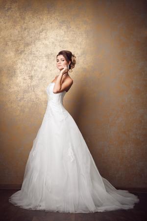 Hermosa joven novia en vestido de novia Foto de archivo