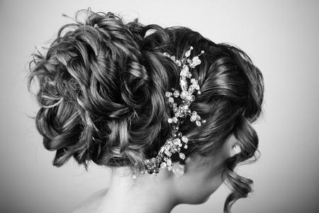 hochzeitsfrisur: Beauty wedding hairstyle. Bride. Black and white.