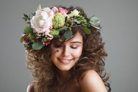Stubio portrait beauté de la jeune fille mignonne avec une couronne de fleurs Banque d'images