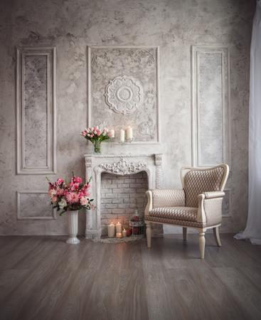 grecas: Interior con gris calado fondo, chimenea y flores.