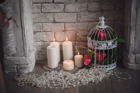 grecas: Decoraci�n de la chimenea de la greca con flores, velas y perlas. Foto de archivo