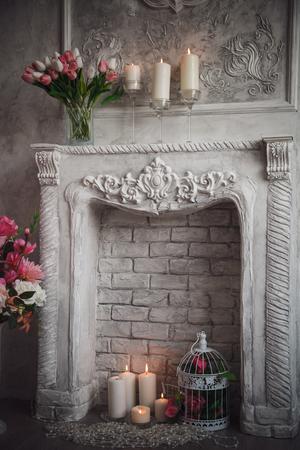 grecas: Inter con gris calado fondo, chimenea y flores.