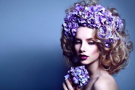 Portrait de belle femme avec une couronne de fleurs de hortensia bleu.