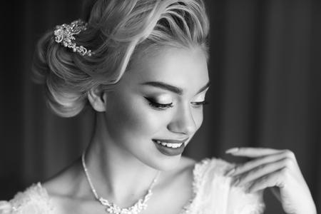 Ritratto di bellezza sposa in abito bianco. stile classico Archivio Fotografico - 69454343
