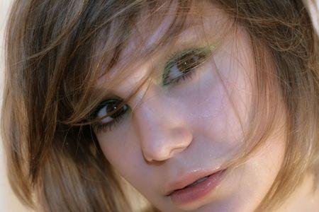 enigmatic: close-up ragazza ritratto con sorriso enigmatico
