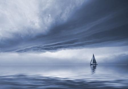 劇的な空の風景の中の船に沿って