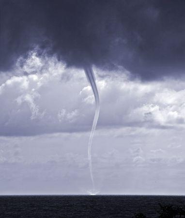 waterspout: Tornado sul livello del mare nel mare nero