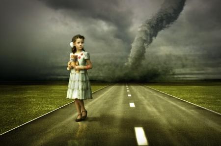 scared child: poco chica grandes tornados sobre la carretera (foto y plano de la mano elementos combinados. El grano y la textura agregado. )  Foto de archivo