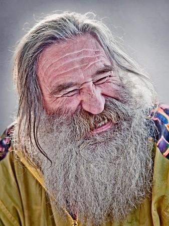 hombre viejo: Retrato de risa anciano con barba gris
