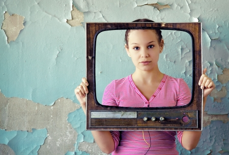 vintage look: giovane donna con una vecchia tv cornice foto