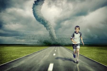 large tornado over la strada e il ragazzo in esecuzione (foto e disegno di mano elementi combinati)