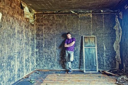 grunge interior: joven en el interior del grunge