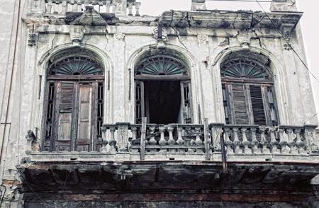 balcony door: Detalle de erosionados paredes exteriores del edificio de la Habana Vieja, cuba