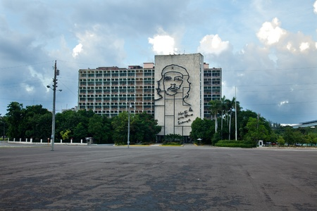 che guevara: Ministry of the Interior building, featuring iron mural of Che Guevaras face at the Revolution Square in Havana, Cuba