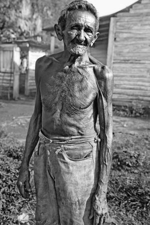 hombre pobre: retrato en blanco y negro de los agricultores pobres de las plantaciones de tabaco, Cuba