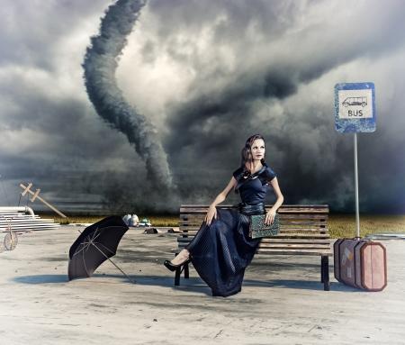 parada de autobus: mujer, a la espera de una foto autobús y tornado y dibujo a mano compilación elementos