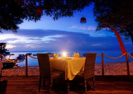 diner romantique: dîner sur le coucher du soleil à la plage à Bali, Indonésie Banque d'images