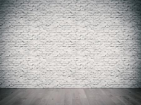 brick floor: habitaci?nterior con pared de ladrillo blanco y piso de madera