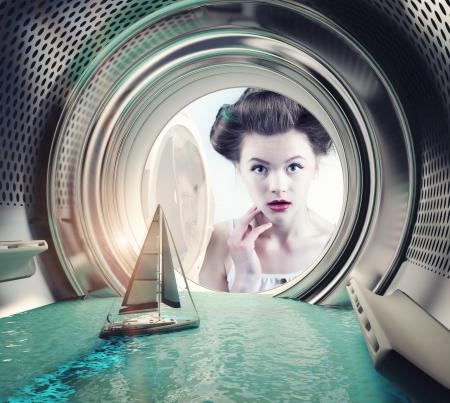 Meisje verrast jacht in de wasmachine (creatief concept)