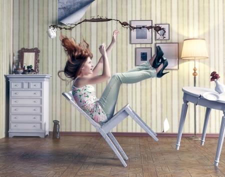 소녀 빈티지 방에 의자에서 떨어지는 스톡 콘텐츠