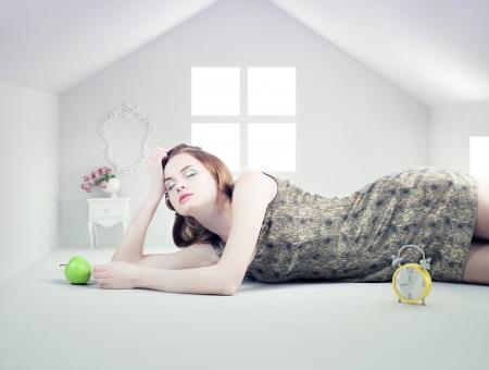 Schöne Frau im Haus Foto Compilation-Konzept weißem Spielzeug Standard-Bild - 21199261