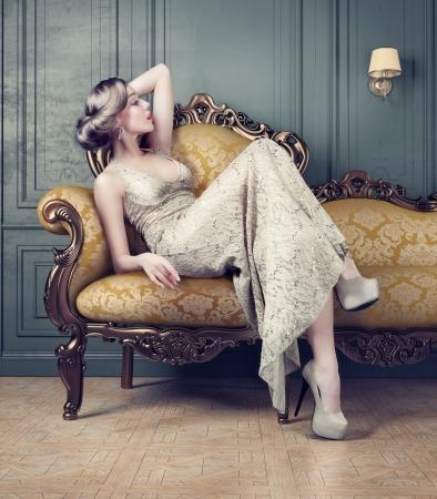 ビンテージ スタイルの薄明かりの中で美しい女性の官能的な肖像画 写真素材