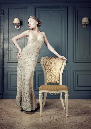 Schöne Frau Retro Porträt in vintage interior Standard-Bild - 21750834