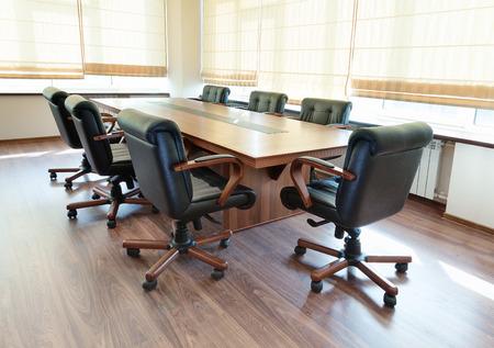 vergadertafel in het moderne kantoor interieur