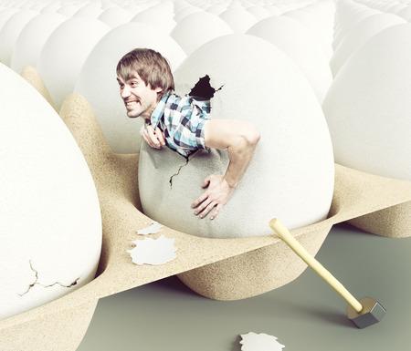 koncept: Mężczyzna uderzył powłokę, wysiadając z jaj. Koncepcji kreatywnej