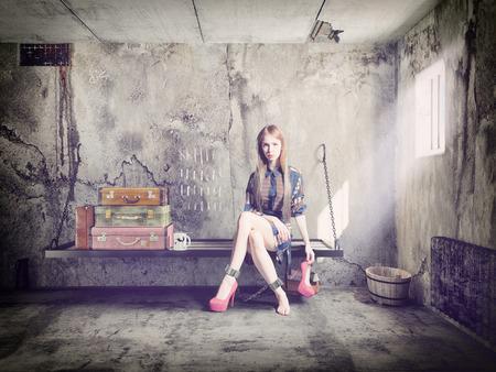 cellule de prison: la belle jeune femme en prison avec ses bagages. Concept Banque d'images