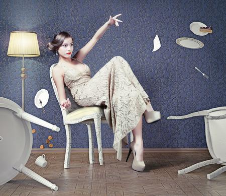 psique: Wicked chica hermosa mujer cae de la mesa durante la cena