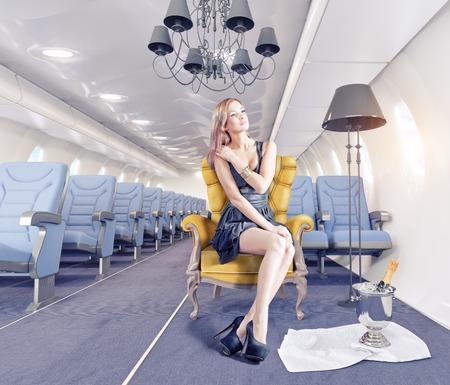 Schöne Frau in der Luxus-Sessel in einer Flugzeugkabine. 3d Kreativität Konzept