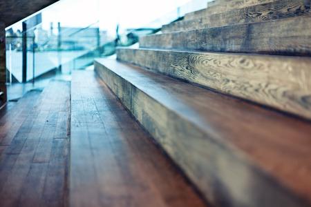 escalera: Primer plano de edad escalera de madera en un interior moderno. Efecto DOF Hermosa
