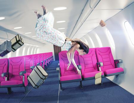 Fliegende Mädchen in einem Flugzeug. Kreatives Konzept Standard-Bild - 39536888