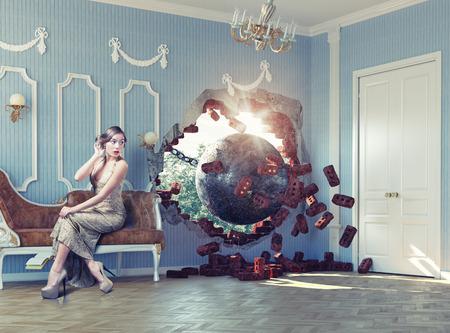 pared rota: demolici�n bal�n entra en la habitaci�n, asustando a la mujer en el sof�. Foto combinaci�n concepto creativo