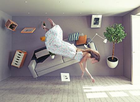 cabeza abajo: joven y bella dama volar en cero sala de gravedad. Foto combinación concepto creativo Foto de archivo