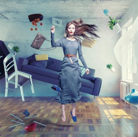 pojem: Mladá krásná dáma létat ve stavu beztíže na pokoji. Foto kombinace Kreativní koncept