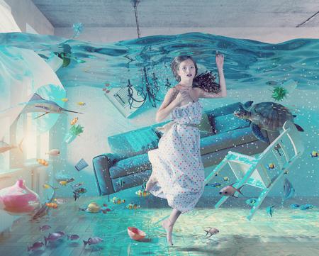 Een onderwater uitzicht in de overstromingen interieur en de jonge vrouw. 3D-concept Stockfoto - 51585189