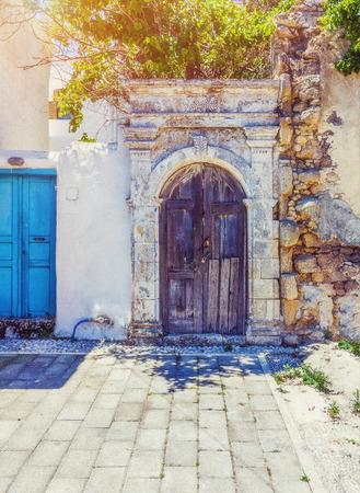 antike Tür in der bunten Dorf Koskinou auf der Insel Rhodos, Griechenland Standard-Bild