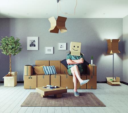 Der Raum mit Kartonboxen anstelle von Möbeln und der Mann mit Kasten auf dem Kopf. Medienmischkonzept Standard-Bild - 81594323