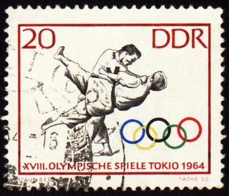 deportes olimpicos: RDA - alrededor de 1964: Un puesto sello impreso en la Rep�blica Democr�tica Alemana (RDA), muestra de judo, dedicado a los Juegos Ol�mpicos de Tokio, serie, alrededor de 1964