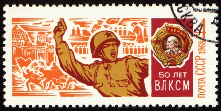 recompense: USSR - CIRCA 1968: A stamp printed in USSR, shows Soviet officer with a pistol in battle and Order of Lenin, devoted to the 50-th anniversary of Komsomol, circa 1968