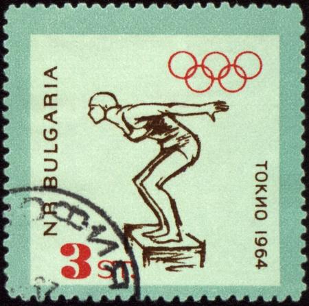 piscina olimpica: BULGARIA - CIRCA 1964: Un sello de correos impreso en Bulgaria muestra nadador salta, dedicado a los juegos Olímpicos de Tokio, serie, alrededor de 1964