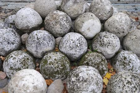 bombard: Palle di pietra in Kremlin della citt� antica russa Velikij Novgorod Archivio Fotografico