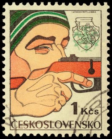pacto: Checoslovaquia - alrededor de 1977: sello impreso en Checoslovaquia muestra rifle de mira hombre, biatl�n, dedicado a la 6� Spartakiad invierno de los ej�rcitos del Pacto de Varsovia, serie, alrededor del a�o 1977