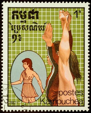 deportes olimpicos: CAMBOYA - alrededor de 1987: sello impreso en Camboya muestra gimnasia antiguos y modernos, dedicado a los Juegos Olímpicos de Seúl 1988, serie, alrededor del año 1987 Editorial