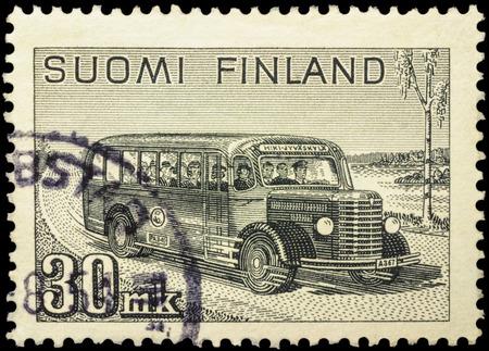 """poststempel: Moskau, Russland - 10. Februar 2016: Ein Stempel in Finnland gedruckt zeigt Retro-Post-Bus mit Passagieren auf der Landstraße, Serie """"Mail Van"""", circa 1946 Editorial"""