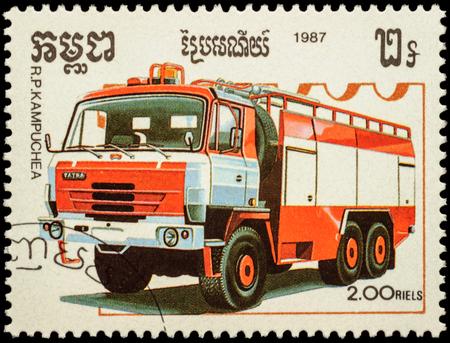 """voiture de pompiers: MOSCOU, RUSSIE - 12 f�vrier 2016: Un timbre imprim� au Cambodge montre moteur Tatra d'incendie, s�rie """"Fire Engines"""", vers 1987"""